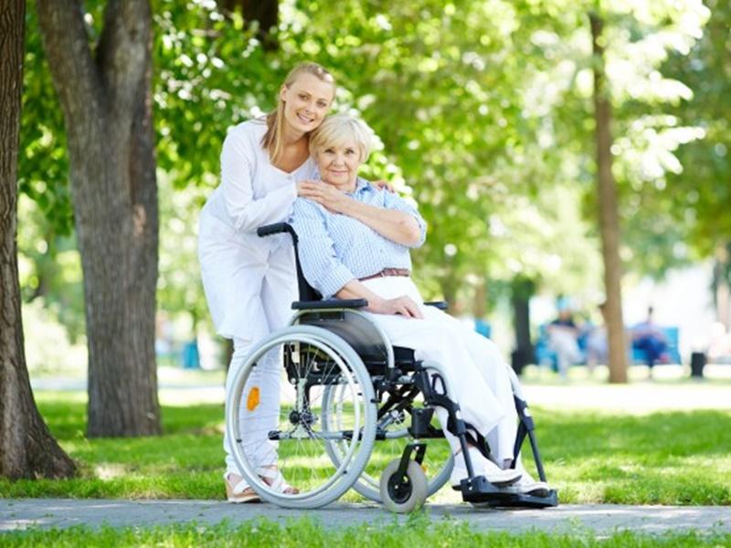 Los 5 accesorios más útiles para una silla de ruedas